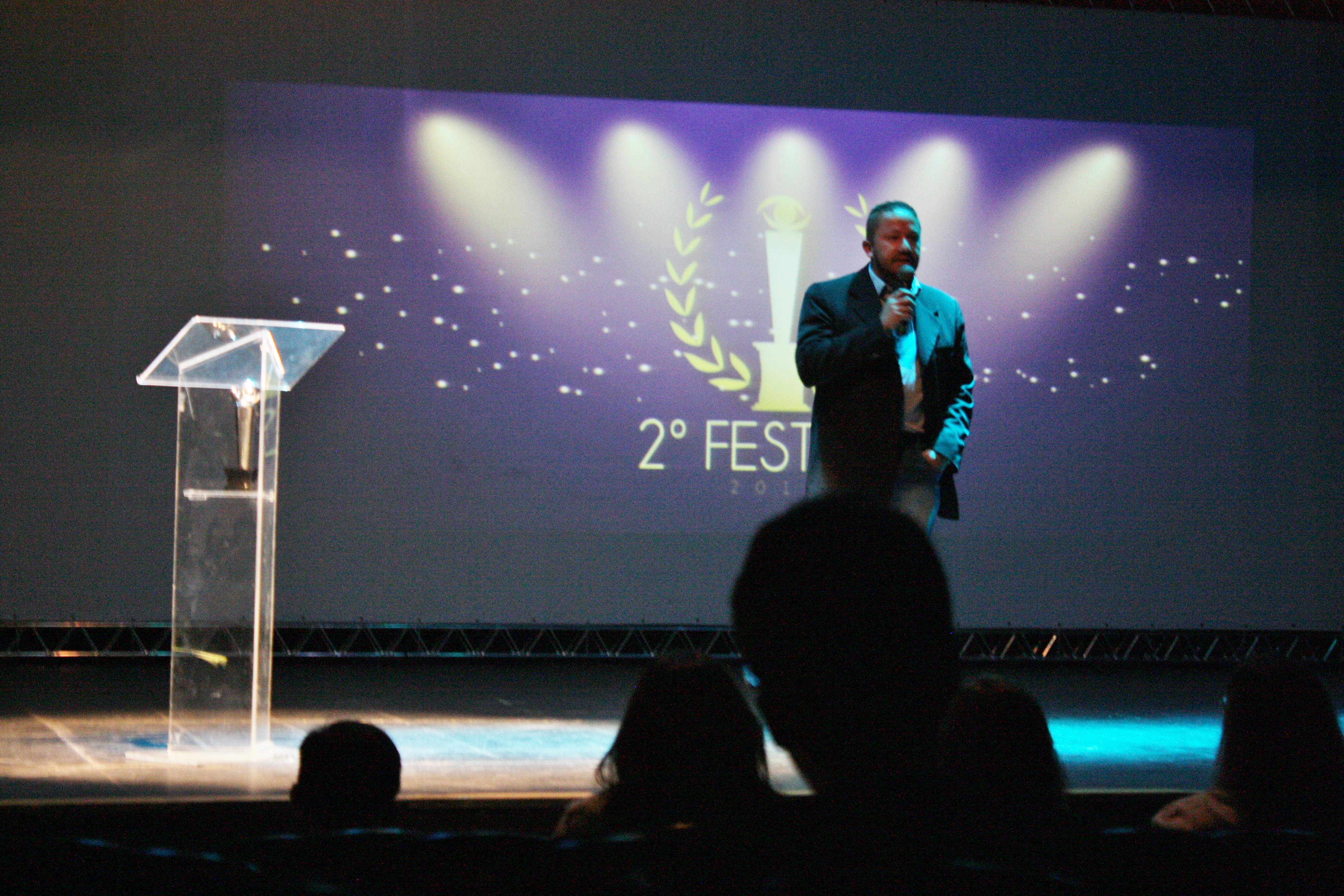 Secretário de Desenvolvimento Econômico Fáfio Guerra fala na noite de premiação do FESTICINI
